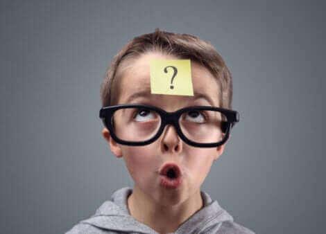 Un enfant avec un point d'interrogation sur le visage.