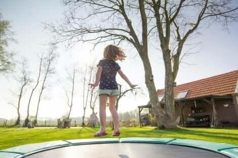 Un enfant sur un trampoline