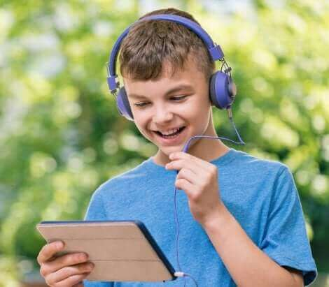 Un enfant travaillant sur une tablette.