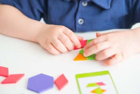 Un enfant qui joue au tangram.