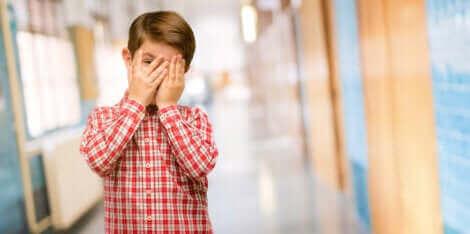 Un enfant se cachant le visage.