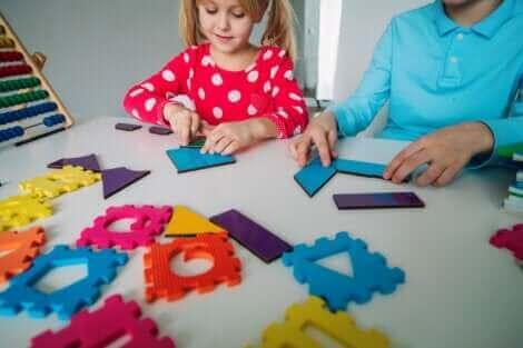 Des enfants apprenant les mathématiques.