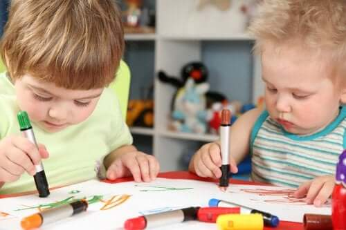 Des enfants qui dessinent des gribouillages.