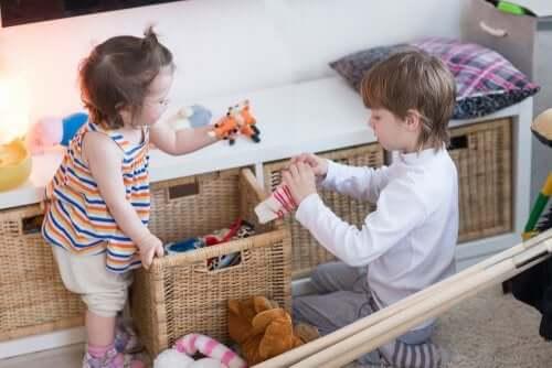 Des enfants qui rangent les jouets.
