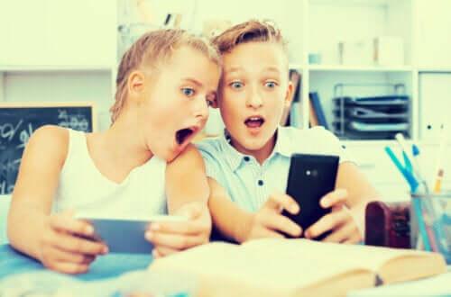 Deux enfants qui regardent des vidéos sur Youtube.
