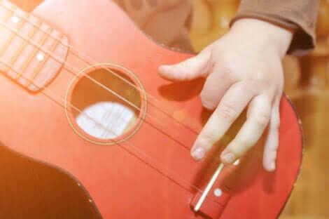 Un enfant qui joue de la guitare.