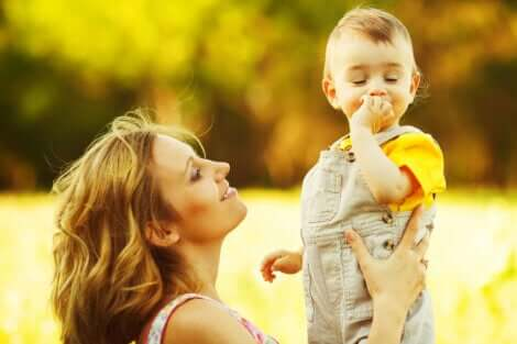 Une mère et son fils.