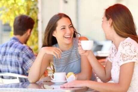 Une mère et sa fille buvant un café.