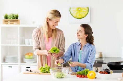 Une mère et sa fille cuisinant.