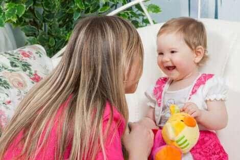 Une mère discutant avec sa fille.