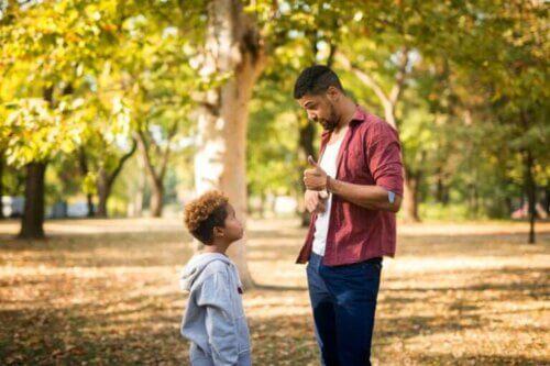 Comment parler de choses difficiles avec les jeunes enfants