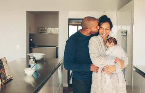Une famille dans la cuisine.