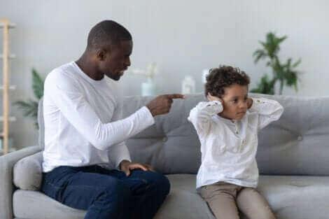 Un père criant sur sa fille.