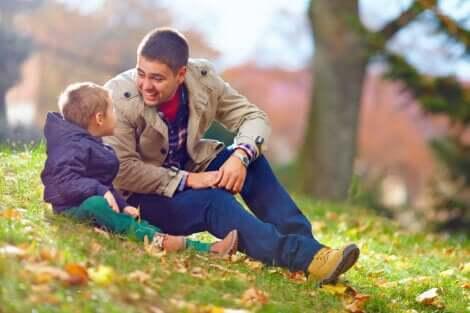 Un père qui parle avec son fils au parc.