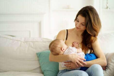 Une femme allaitant un bébé.
