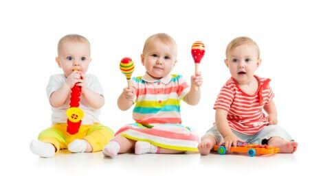 3 bébés avec des objets musicaux.