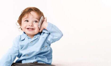 Un enfant parlant au téléphone.
