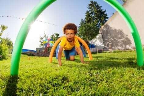 Un enfant faisant un parcours d'obstacle.