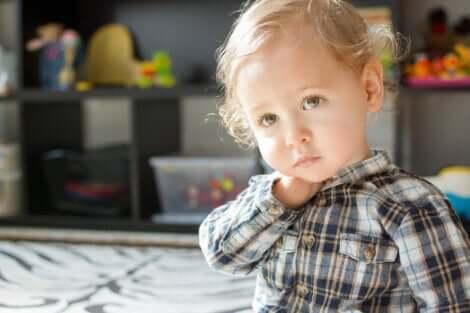 Un enfant dans ses pensées.