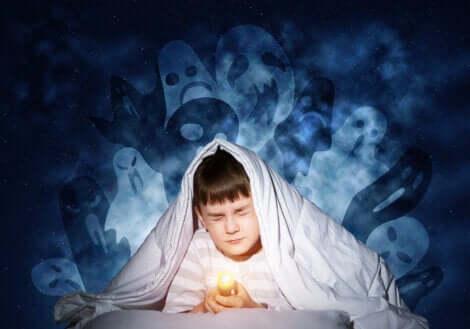 Un enfant qui fait des cauchemars avec des fantômes.