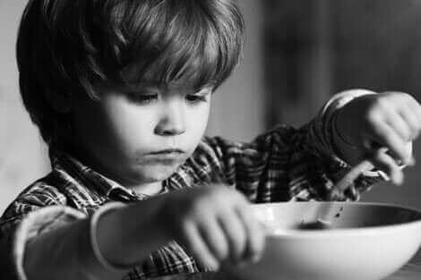 Un enfant mangeant.