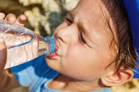 Un enfant qui boit de l'eau.
