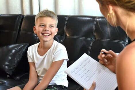 Un enfant avec une psychologue.