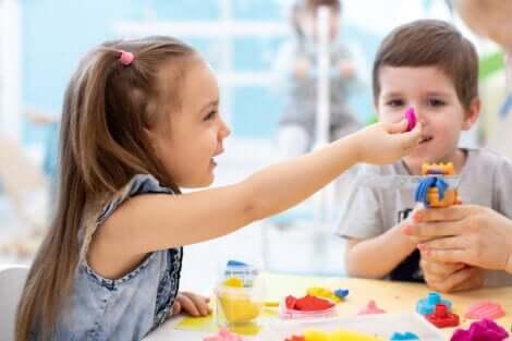 Deux enfants qui jouent à la pâte à modeler.