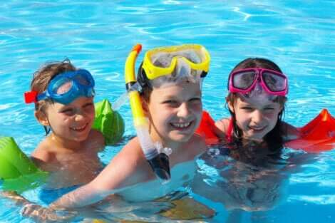 Trois enfants dans une piscine.