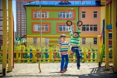 Deux enfants qui jouent à la balançoire dans un parc.