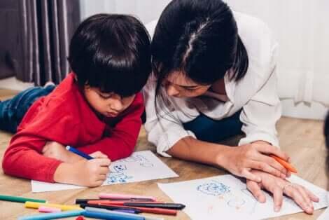 Un enfant qui dessine.