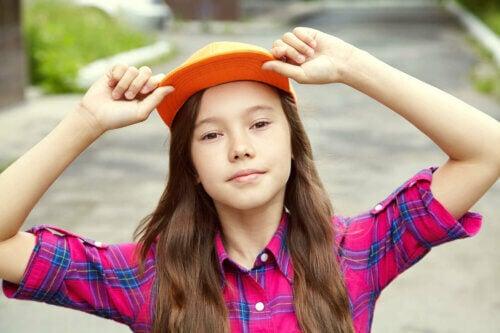 Une fille avec une casquette adolescence normale.