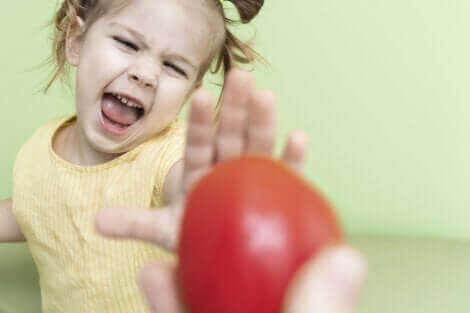 Un enfant refusant de manger des fruits.