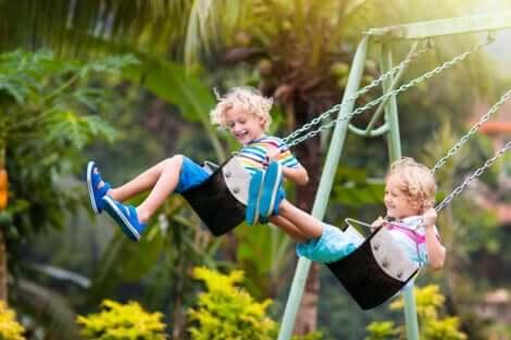 Deux frères sur une balançoire.