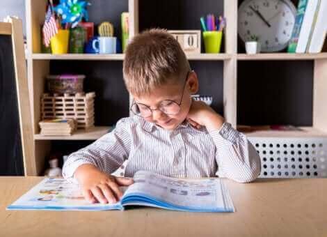 Un enfant lisant un livre.