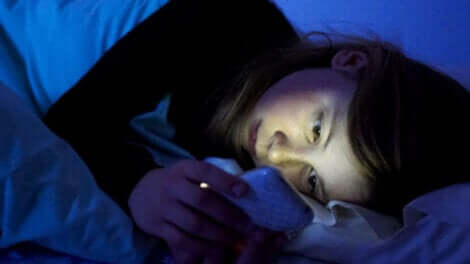 Une jeune fille avec son portable.