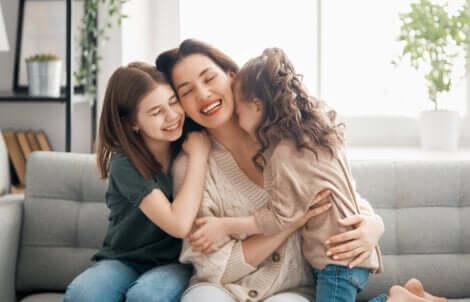 Un câlin entre une mère et ses deux filles.