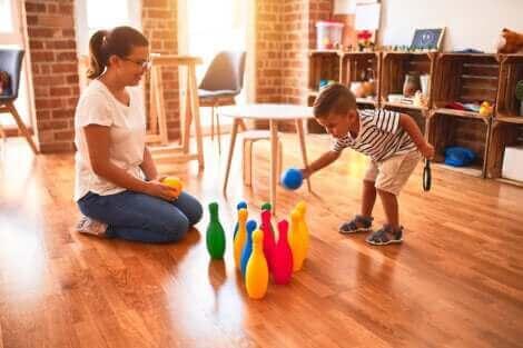Une mère et son fils jouant au bowling.