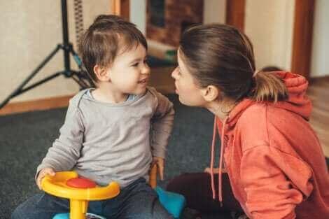 Une mère parlant à son fils.