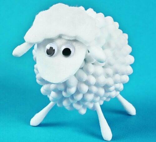 Un mouton en coton lors des activités manuelles.