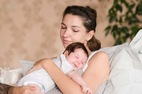 Un nouveau-né et sa mère.