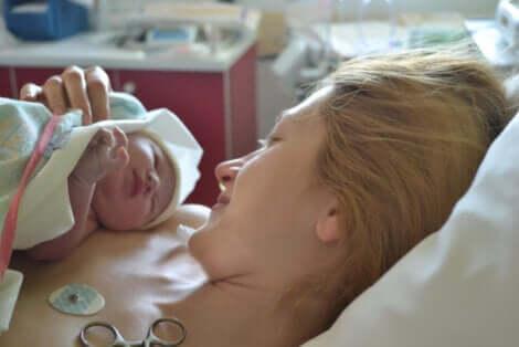 Un nouveau-né et sa maman.