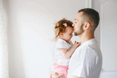 Un père tenant sa fille.