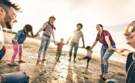 Parents et enfants qui s'amusent sur une plage.