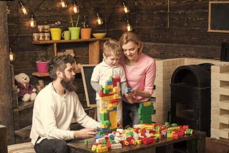 Une famille jouant à un jeu de construction.