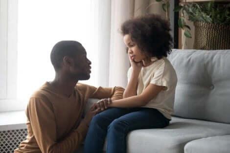 Un père qui parle à sa fille.