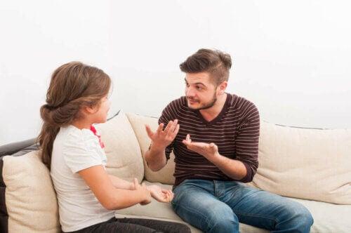 Un père qui parle avec sa fille de questions de sexualité infantile.