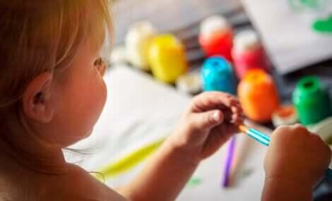 Une petite fille qui dessine.