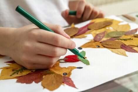 Des activités manuelles avec des feuilles.