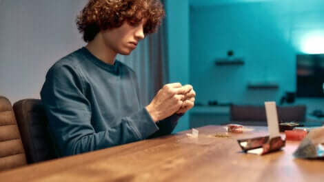 Un adolescent avec du cannabis.